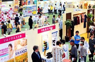出店業者が自慢の商品をPRする沖縄の産業まつりが開幕。多くの来場者でにぎわった=24日、那覇市・県立武道館