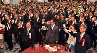 県経済の発展を願い乾杯する出席者=4日午後、那覇市・ANAクラウンプラザホテル沖縄ハーバービュー