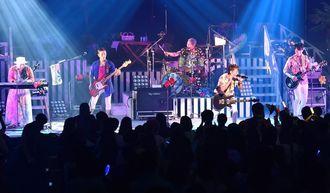 HYのエネルギッシュな演奏で会場は熱気に包まれた=24日、宜野湾市・沖縄コンベンションセンター