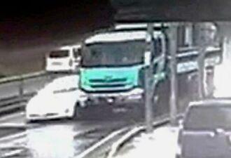 浦添市伊祖での事故直前の防犯カメラの映像。ダンプカーが隣の乗用車の方に寄っていき、接触した後、対向車線に突っ込んだ(「セレモしらゆり」提供)