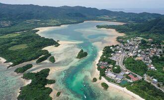 石垣島の川平湾=2019年(小型無人機で撮影)