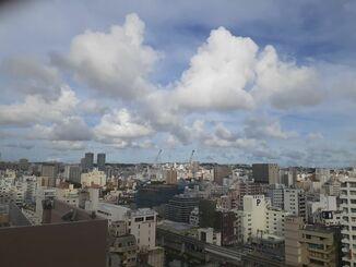 那覇市の上空=17日午後5時ごろ