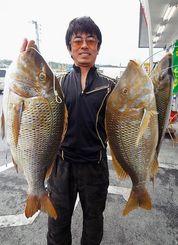 2日、恩納村海岸で63.8センチ、61.5センチ、54.2センチのタマンを釣った又吉哲也さん