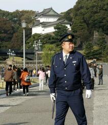 「大嘗宮の儀」に備え、皇居周辺を警備する警察官=14日午前、東京都千代田区