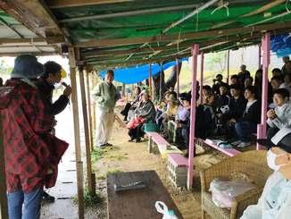 日韓の交流と平和を考える「日韓ユース参加団in沖縄」のメンバー約40人も辺野古の現状を知りたいと座り込みに参加した=11日、名護市辺野古の米軍キャンプ・シュワブゲート前