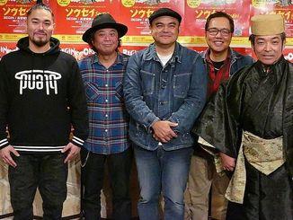 新曲「ソウセイ」をリリースするBEGINと、収録に参加したRITTO(左)と高宮城実人(右)=宜野湾市・ピーエムエージェンシー