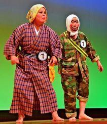 伊佐ちえ美さん(左)と宮城静江さんの掛け合いが笑いを誘った「酒ぬでぃ運転ないびらんどー」=17日、北谷ニライセンターカナイホール
