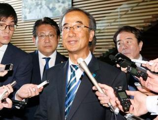 安倍首相との面会を終え、記者の質問に答える新潟県の花角英世知事=13日午後、首相官邸