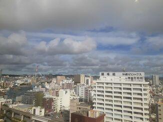 那覇市の上空=16日午後5時ごろ