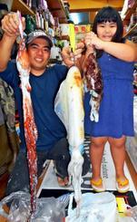 北谷テラスで1・98キロのシルイチャーを釣った仲栄真誠さん(左)=11日