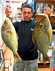 泡瀬一文字で61センチ、3.6キロのタマンを釣った瑞慶覧朝健さん=11日