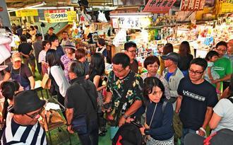 現施設での営業最終日となった第一牧志公設市場。多くの買い物客でにぎわった=16日午後5時10分ごろ、那覇市(国吉聡志撮影)