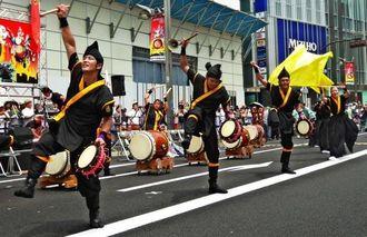 沖縄県出身の人気バンド、HYの生演奏に合わせて迫力ある演舞を披露した伊是名尚円太鼓のメンバーら=東京・新宿