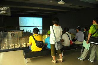 対馬丸のビデオを見る参加者