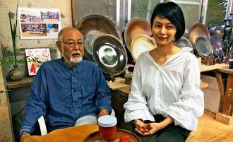 家伝の豆腐よう作りについて話す松島よう子さんと父親の朝義さん