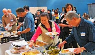 自慢の手料理で交流する参加者ら=3月7日、アトランタ市郊外