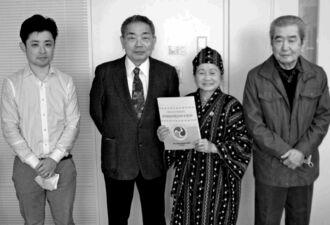 クラウドファンディングの支援に感謝する當眞会長(左から2人目)ら=19日、沖縄タイムス社