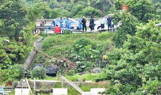 沖縄自動車道から転落した米軍大型車両(下)=26日午後6時27分、うるま市石川山城