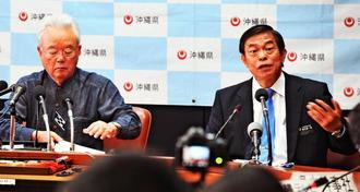 翁長雄志知事の病状について説明する富川盛武(左)と謝花喜一郎両副知事=23日、県庁