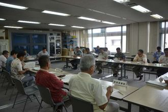 県災害警戒本部会議で台風13号の被害状況を報告する各部局=10日、県庁