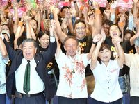 【動画】沖縄知事選:玉城デニー氏が当選確実 翁長県政を継承へ