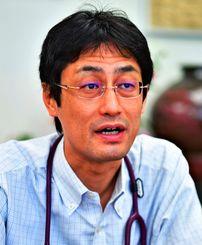 はしか予防策について語る県立中部病院の高山義浩医師=1日、県立中部病院