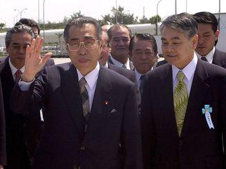 来県した小渕恵三元首相(2000年3月、沖縄タイムス社撮影)