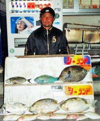 慶良間で42・5センチ、1・4キロのサンノジなどを釣った比嘉英雄さん=16日