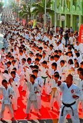 2015年に国際通りで開催された「大演武祭」