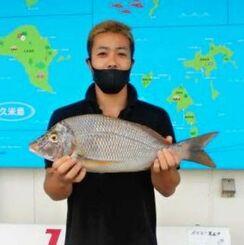 浜比嘉島で55センチ、2・1キロのタマンを釣った嘉陽竜己さん=9月15日