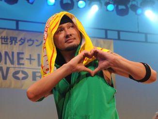 ダウン症への理解を深めるダンスイベント「ONE+LOVE WORLD」で、手でハートマークを作り、観客にアピールするDA PUMPのISSAさん=2009年3月29日、宜野湾市・沖縄コンベンションセンター劇場棟
