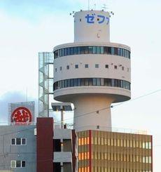 那覇市国際通りのランドマークとして親しまれた「那覇タワー」(2014年8月19日撮影)