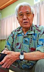 HIV人権ネットワーク沖縄の子どもたちとの出会いを経て回復者と公表した平良仁雄さん。転機となった2008年が、手帳にメモされている=1日、那覇市・県ゆうな協会