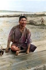 赤銅色の漁師/糸満の漁師の上原亀さんを写した1枚。たくましい腕は赤銅色に着色されている