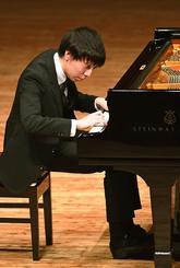 グランプリに輝いたピアノ部門の片山柊さん=17日、南城市・シュガーホール(国吉聡志撮影)