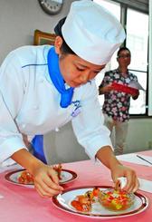 車エビ料理を作る生徒=4日、那覇市久米・沖縄調理師専門学校