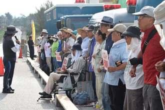 米軍キャンプ・シュワブ前で新基地建設反対の声を上げる市民ら=5日、名護市辺野古