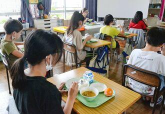 休校前の給食を食べる那覇市内の小学生ら。「家でご飯を食べるより、学校でみんなと給食を食べる方がおいしい」と休校を寂しがる=7日、那覇市