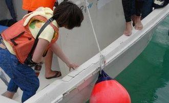 海上保安庁のボートの衝突でひびが入った抗議船=27日、名護市・汀間漁港