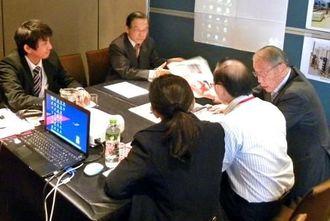 県が主催する商談会で、商談に臨む参加企業の担当者=台北市(県商工労働部提供)