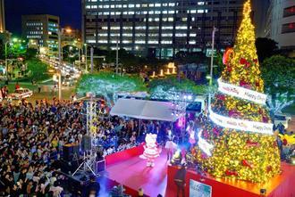 鮮やかな電飾で街を彩る「くもじイルミネーション」=11日午後6時すぎ、那覇市久茂地(下地広也撮影)