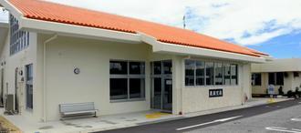 今年5月に使用開始となった粟国空港ターミナル。現在、航空路線は運航していない=28日