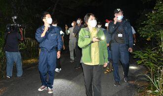 樹木などに違法なわなが仕掛けられていないかを確認する関係者=13日、本島北部