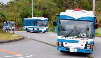 名護市内を走る警視庁機動隊のバス=3日午後3時半ごろ