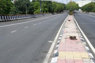 17日、週末の外出禁止令を受け交通量が大幅に減った、インドの首都ニューデリーの道路(共同)