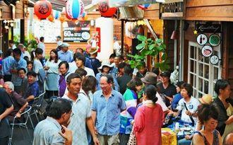 大勢の人たちでにぎわう国際通り屋台村=19日午後6時半ごろ、那覇市牧志