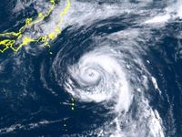 強い台風13号、東日本直撃か 接近前から大雨の恐れ