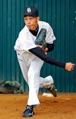 ブルペンで75球を投げ込んだ中日の又吉克樹=北谷公園球場(田嶋正雄撮影)