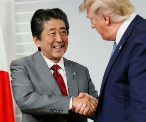 2回目の会談後、トランプ米大統領と握手する安倍首相=25日、フランス南西部のビアリッツ(共同)