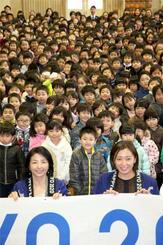 「マスコット投票授業」終了後、児童たちと記念写真に納まる(手前右から)元五輪選手の伊藤華英さん、元パラリンピック選手の田口亜希さん=22日午前、千葉市